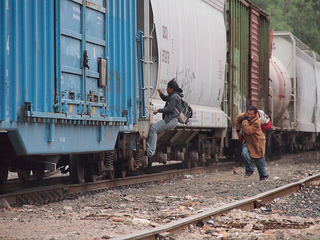 Trains are the main means of transport used by migrants from Central America to cross Mexico and reach the border with the United States. But climbing onto their roofs or perching between two rail cars is a dangerous undertaking. Credits: Worms/Caritas