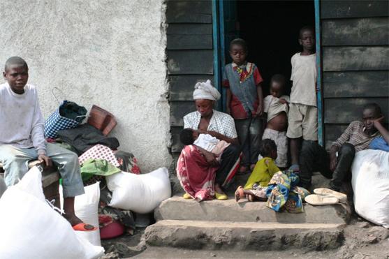 La journée, Béatrice expose ses biens à la cour de l'école où elle vit avec son mari et leurs enfants. Photo : Taylor Toeka.