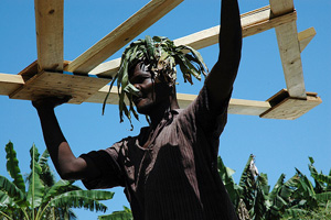 Builders setting up the first temporary shelters in Haïti in Haute Lompré, a small community nearby Léogàne. Credits: MathildeMagnier/Caritas