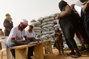 CADEV staff distributes charcoal to Malian families in Ayorou refugees camp in Niger Credits: Simone Stefanelli/Caritas