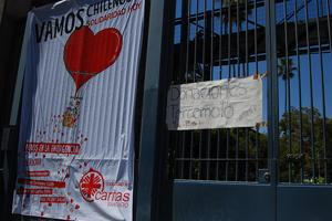 A sign outside Sacrados Corazones de Alameida School in Santiago, 4 March 2010, saying that donations for earthquake victims are welcome. Credits: Caritas/Andreas Lexer