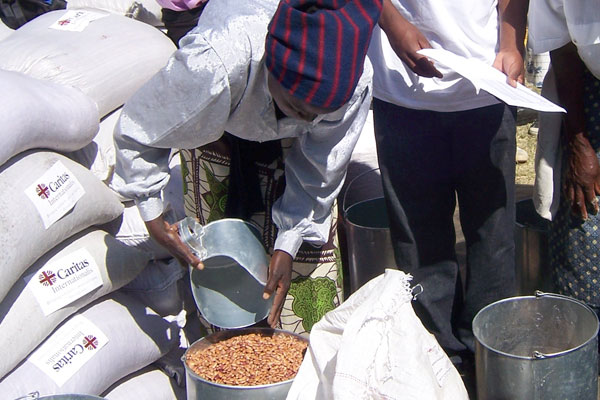 Families receive a one-month ration of maize, sugar beans and vegetable oil. Caritas is providing food to 3000 families – 15,000 people – in Gweru diocese. It is hoping to provide food to 14,000 families – or 70,000 people - across Zimbabwe for six months. Credits: Cibambo/Caritas