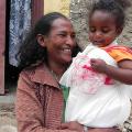 Quand Mihret Mehari est tombée enceinte de sa fille Dagmawit, elle a appris qu'elle pouvait prévenir la transmission du VIH à son enfant en prenant un traitement. À 18 mois, Dagmawit a été soumise à un test de dépistage du VIH donnant un résultat définitif: elle est séronégative.  « Ces dix-huit mois ont été les plus longs de ma vie. J'étais si heureuse et soulagée quand j'ai appris qu'elle n'avait pas le virus ». Photo : Trocaire/Martha Welday