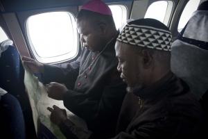 El Arzobispo Dieudonné Nzapalainga y el Imán Kobine Layama en un vuelo a Bangassou. Foto por Matthieu Alexandre/Caritas Internationalis