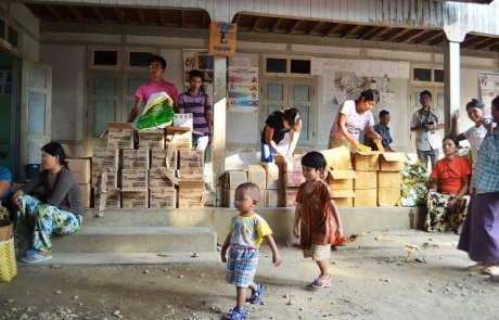 Miles de personas huyen del conflicto en Myanmar