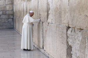 Le pape François priant sur le mur occidental à Jérusalem le 26 mai.  (CNS photo/Paul Haring)