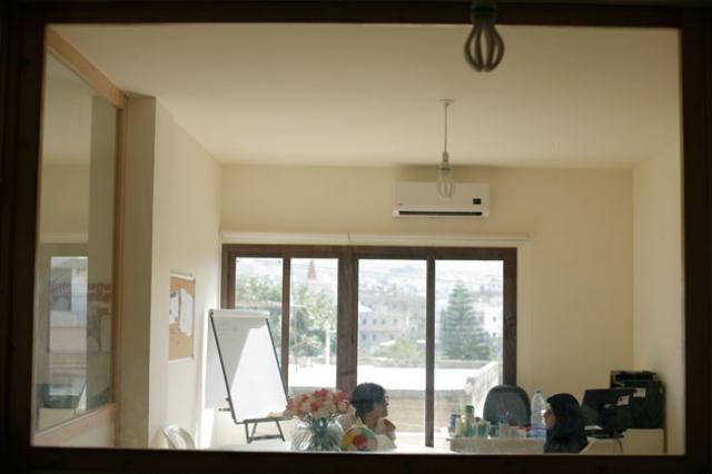 Amar con la psicóloga de Cáritas, Caroline Ghosn, durante una sesión de terapia. Foto: Matthieu Alexandre/Cáritas.