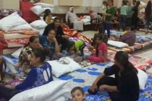 Hundreds of thousands of people have fled clashes in northern Iraq.