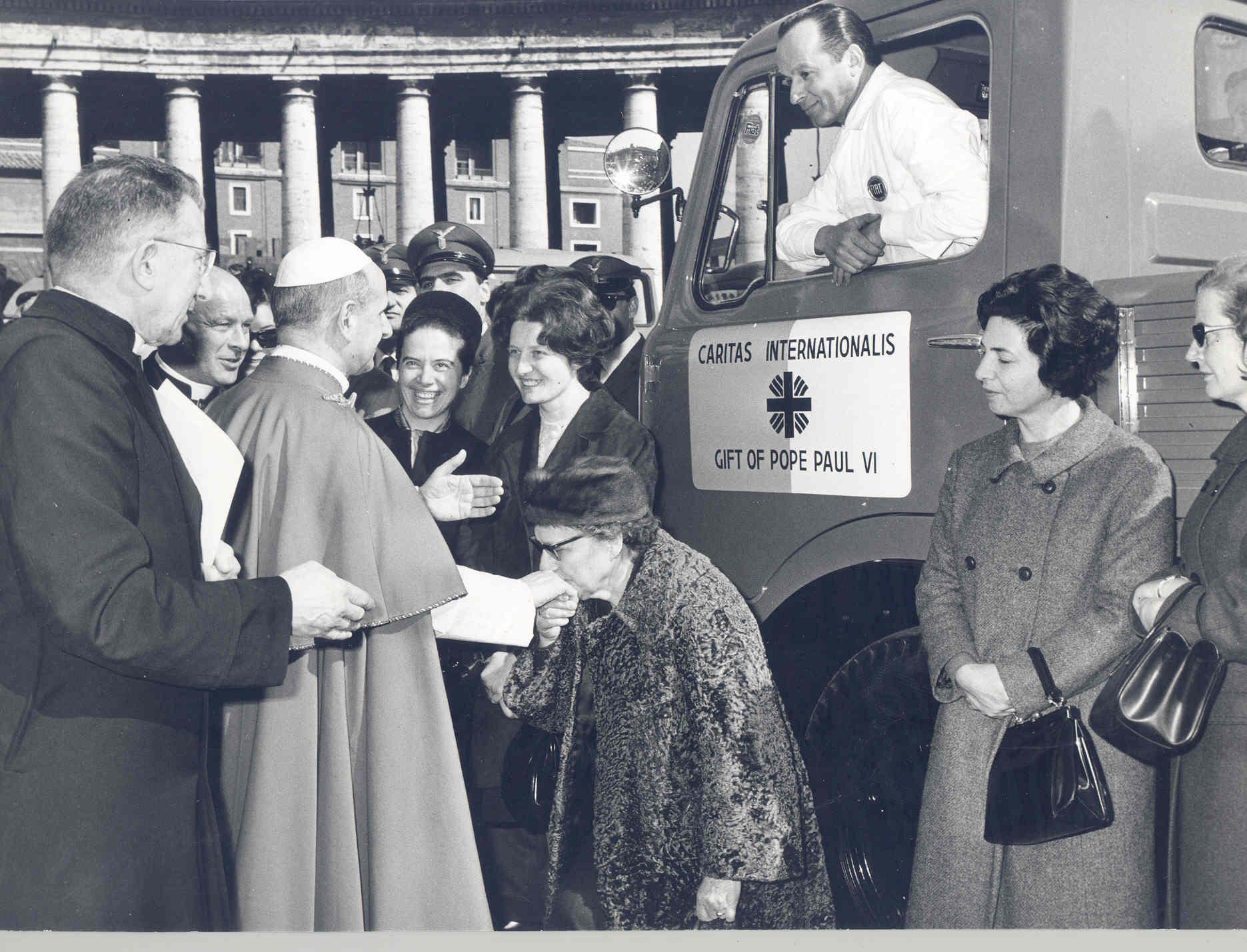 El Papa Pablo VI bendice ayuda para damnificados por inundaciones en Italia,  1966