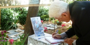 Mons Audo paying respect to Fr Frans van der Lugt, the Dutch Jesuit priest murdered in Syria this year. Credit: Caritas Syria