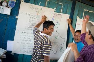 Bolivie – Puerto Rico : Ici, visite de la Communauté Les Mandarinos : Les biologistes, économistes, ingénieurs forestiers de Cipca travaillent avec les communautés lors d'un atelier de gestion du territoire et partage d'expériences. Le recensement de leurs terres a permis de découvrir de nouvelles plantes et d'accroitre leur production.                   CIPCA, partenaire de SC, aide les communautés indigènes à se structurer, à s'organiser et développe avec eux leur production agro écologique. 990 familles bénéficient des programmes de CIPCA, notamment dans les départements du Pando et du Béni (Région Nord Amazonienne ). Cipca mène également des actions de plaidoyer auprès des politiques publiques pour la défense de la forêt et de ses habitants. Credit: Sceours Catholique.