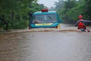 Caritas relief team trying to reach local community affected by flood in El Salvador. Credit: Caritas El Salvador