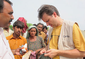 Every aid package saves lives: together with Austrian donors, Caritas helps hundreds of families in Rahimyar Khan. (in this picture: Thomas Preindl Caritas Austria) Credits: Caritas 2010