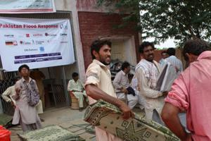 Flood survivors in Sindh Pakistan receive humanitarian aid from Caritas like sleeping mats, water purification tablets, and cookware Credits: Laura Sheahen/CRS