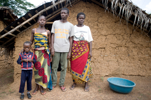 A family waiting to return to their village. The return of refugees and displaced persons to their villages is a priority for Caritas Côte d'Ivoire. Credits: Xavier Schwebel/Secours Catholique