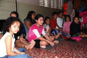In El Salvador, floods have forced thousands of people like these girls to seek refuge in the emergency center. Credits: Caritas
