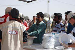 March 2011. Distribution of hot meals of Caritas mission in Tunisia at the Libyan border. The Tunisian people, cities and associations have shown great solidarity to migrant workers. There is plenty of food and water in the camp. Credits: Sébastien Dechamps / Secours Catholique