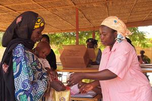 Caritas Niger (CADEV) feeding centre in Augustine, Niamey. Mothers and their children wait to be called to assess the level of malnutrition each and receive the food supplements for one week of treatment. Credits: Worms/Caritas