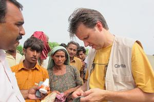 Every aid package saves lives: together with Austrian donors, Caritas helps hundreds of families in Rahimyar Khan. (in this picture: Thomas Preindl Caritas Austria) Credits: Caritas