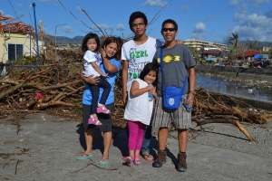 Rollie Baldesco with his wife Mapeth and children Karyl, Esme and Ellyza wait for a boat to take them from Leyte island to nearby Cebu. (Photo: Eoghan Rice - Trócaire / Caritas)