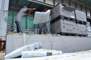 6,500 shelter kits arrive in Cebu port (November 17th) to be shipped to Leyte island, where they will be distributed to people who lost their homes in Typhoon Yolande/Haiyan. This is the first batch of Caritas shelter kits. Over 30,000 more are due to arrive over the coming days. Credit: Eoghan Rice - Trócaire / Caritas