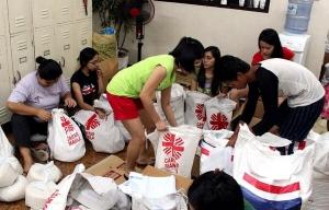 Voluntarios de Caritas preparan paquetes de ayuda en Manila, Filipinas para los supervivientes del tifón: Caritas Manila