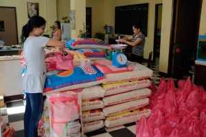 Packing aid a Church centre in Cebu for the worst hit communities in the Philippines. Carole Reckinger/Caritas Luxembourg