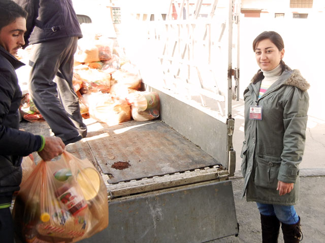 Caritas-Syria-staff-during-a-distribution