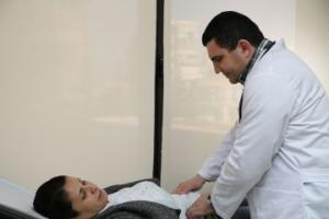 Ghada se fait examiner au centre médical de Caritas. Crédit : Caritas Liban