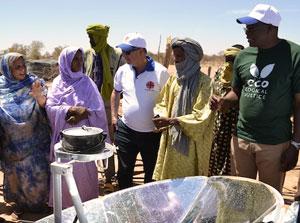 Les cuisinières solaires sont bien plus rapides que les modes de cuisine traditionnels. Le riz, les haricots et la nourriture grillée peuvent être prêts en à peine 30-40 minutes. Photo: Caritas