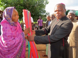 Archbishop Dieudonné Nzapalainga and national Muslim leader Omar Kobine Layama distribute aid in Yaloké. Credit Caritas CAR