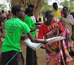 Equipo de voluntarios con Cáritas Sudán del Sur durante la distribución de toldos de plástico en Agok. Foto de Gabriel Dhieu, CRS