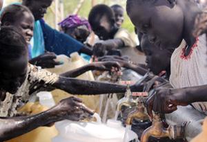 Niños acarreando agua de un pozo en el campamento Majak Deng Kaya en Agok. Foto: Faith Kasina/Caritas