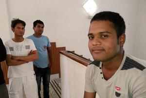"""""""Si consigo los papeles espero tener un futuro brillante porque voy a vivir en Europa"""", dice Aashif (a lo lejos a la derecha) Crédito: Hough/Caritas"""