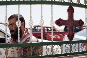 Un réfugié Yazidi attend son tour à une distribution organisée par CRS et Caritas Irak à l'église des Apôtres à Fishkhabour, Irak © Hare Khalid / Metrography pour Catholic Relief Services