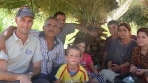 Kris Ozar avec la famille de Bashar, un membre du personnel de Caritas qui s'occupait de familles déplacées en Irak avant de devenir déplacé lui-même.