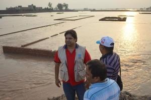 El equipo de evaluación de Cáritas Pakistán mide los daños causados por las inundaciones. Foto: Kamran Chaudhry/Cáritas Pakistán