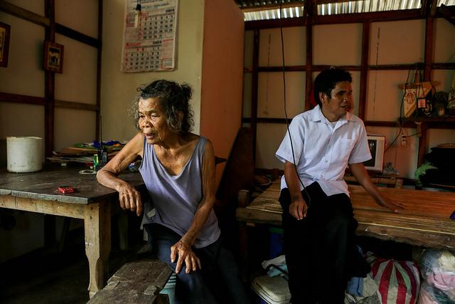Amelia dans sa nouvelle maison construite par NASSA (Caritas Philippines). Photo par Lukasz Cholewiak/Caritas.