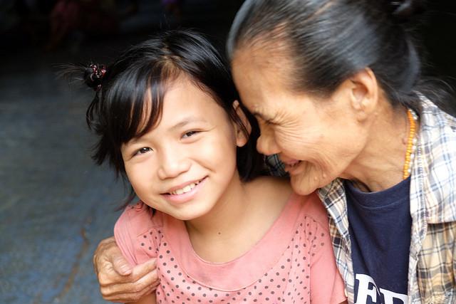 Una menor no accompañada, refugiada de 12 años, en el campamemnto de refugiados de Tailandia, con una asistente social de Cáritas.
