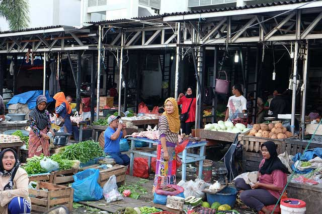 Caritas member Catholic Relief Service built a market complex in Banda Aceh to help the local economy.