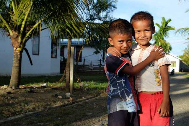 Familles à Leuhan sur la périphérie de Meulaboh ont reçu des maisons, avec de l'eau et de l'assainissement, l'électricité et les routes de Catholic Relief Services et Caritas Suisse.