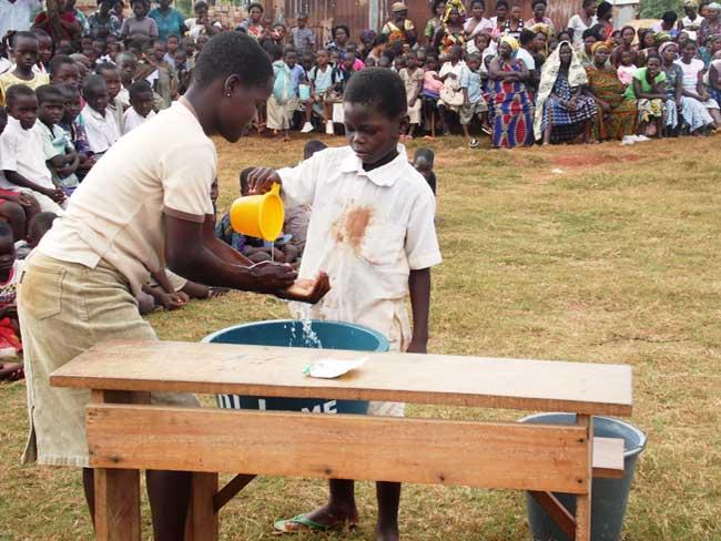 Caritas enseigne aux enfants au Togo sur le virus Ebola et comment il se propage que la maladie ne vient pas dans le pays.