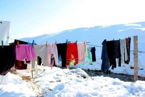Les montagnes couvertes de neige vues d'un camp de réfugiés syriens au Liban, dans la Vallée de la Bekaa.