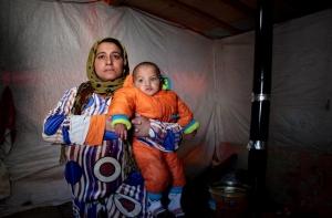 Bouchra et son fils d'un an Bayan sont Syriens et vivent dans la Vallée de la Bekaa. Cette mère raconte que leur refuge n'est pas suffisamment bon pour les isoler du froid.