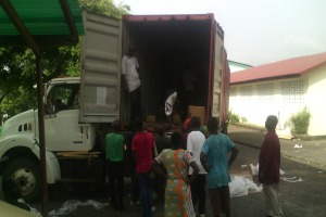 Descargando un envío de Caritas en Liberia.