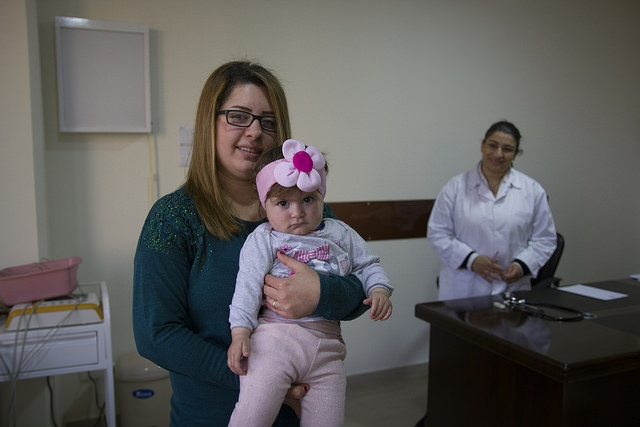 Renata Emad habla con Zalfa Antoun, director del Centro Medico Social Caritas St. Michel.