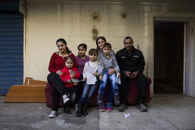 Los cristianos iraquíes Nada y su marido Amr y sus seis hijos huyeron de la persecución a Líbano.