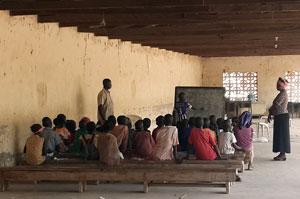 Una escuela para los niños desplazados en un campamento en la Iglesia de Santa Teresa Católica, Yola, Nigeria