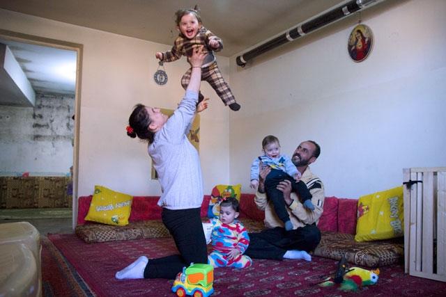 Triplets Rita, Teresa y Elie y sus padres Abir y Tony llegaron a Líbano en 2011. Crédito: Tabith Ross / Caritas