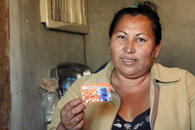 Electronic purses containing 600 pesos per month were delivered to each of the 725 affected families, so that they could decide what they needed most and directly buy goods from the supermarket, with the only restriction that the purse may not be used to buy tobacco or alcoholic beverages. Photo by Caritas Mexico